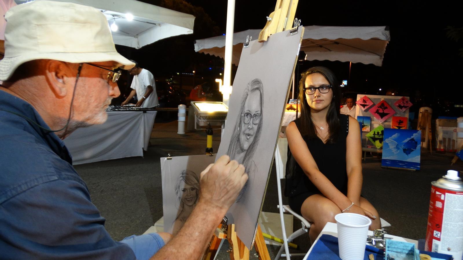 Portraits sur le vif sur un marché nocturne